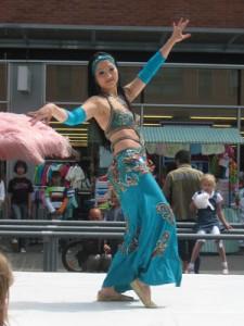 Buikdans optreden wijkfeest